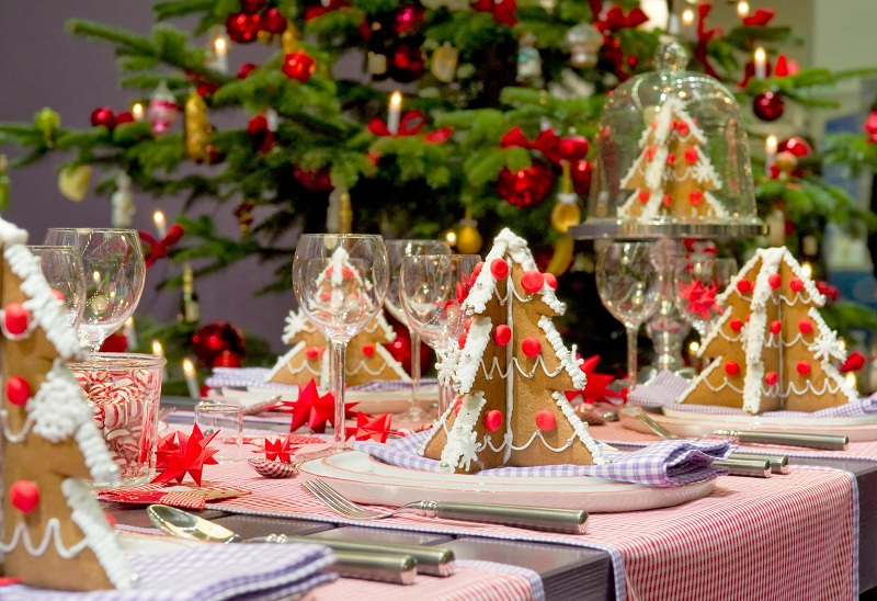 Decorate the Christmas table with lights