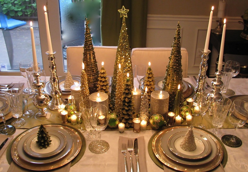 Decorate the Christmas table with lights and Christmas elements