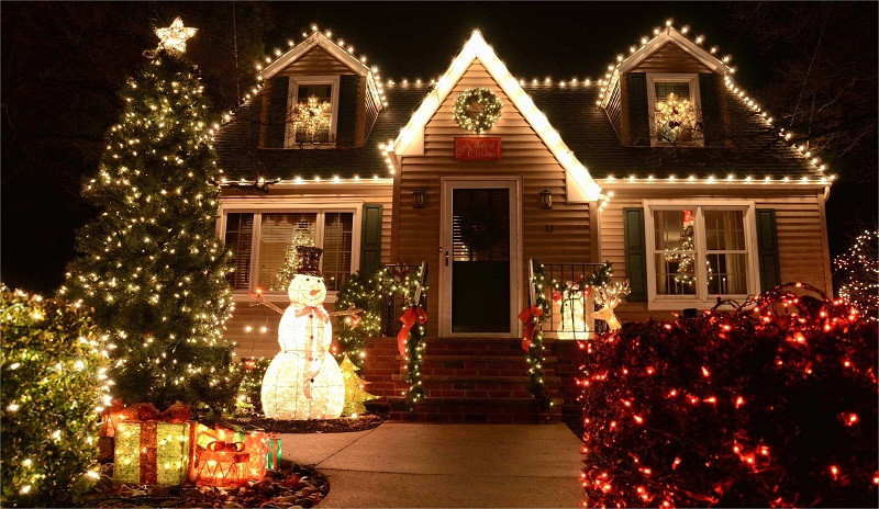 4 Simple Ways To Decorate Your House With Christmas Lights